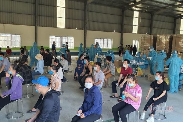 Bắc Giang thần tốc lấy mẫu xét nghiệm cho công nhân trong KCN Đình Trám