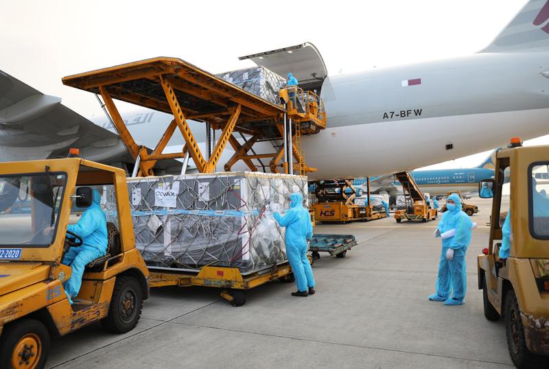 Hình ảnh lô vắc xin Covid-19 thứ hai của Covax về tới Việt Nam