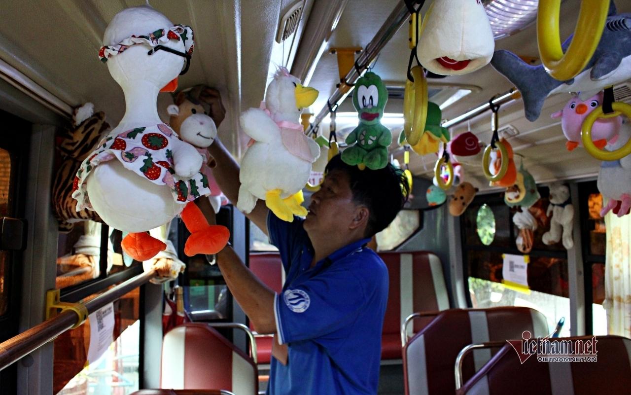 Xe buýt ở Sài Gòn trang trí hàng trăm thú bông, khách quên mệt mỏi