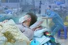 Y bác sĩ điều trị bệnh nhân Covid-19 đeo khẩu trang cả khi ngủ