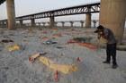 Hàng trăm ngôi mộ lộ xác dọc bờ sông Hằng, gây sốc dư luận