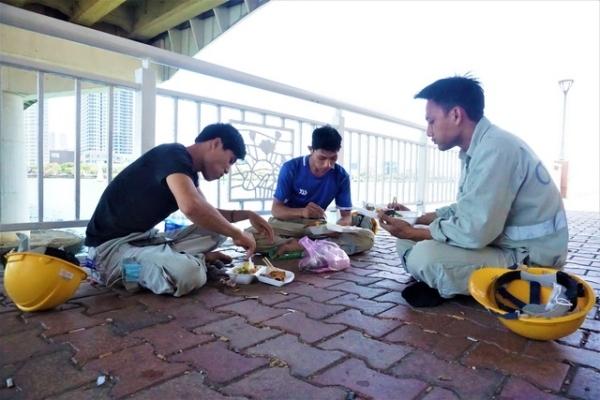 Bữa ăn nơi gầm cầu và giấc ngủ '3 không' giữa mùa dịch Covid-19