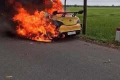 Ô tô cháy đỏ rực trên đường, tài xế bỏng nặng chạy thoát thân