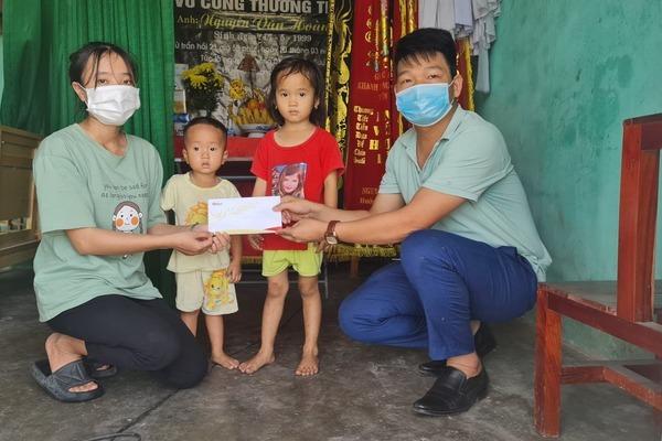Trao 84 triệu đồng cho 2 đứa trẻ ngơ ngác bên người mẹ bệnh tim khốn khổ