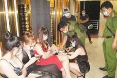 Quán karaoke ở Bình Dương khóa cửa, cho người cảnh giới để hoạt động 'chui'