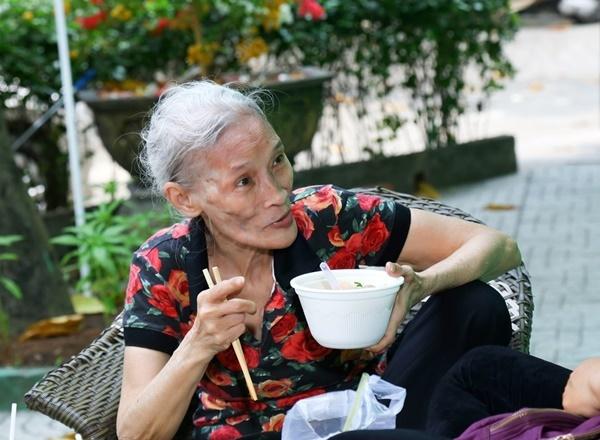 'Quái kiệt sân khấu' Bo Bo Hoàng gày gò vất vả nuôi thân ở tuổi 74