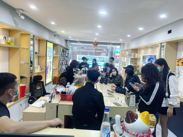 Chủ cửa hàng chỉ cách kiểm tra máy khi mua điện thoại cũ