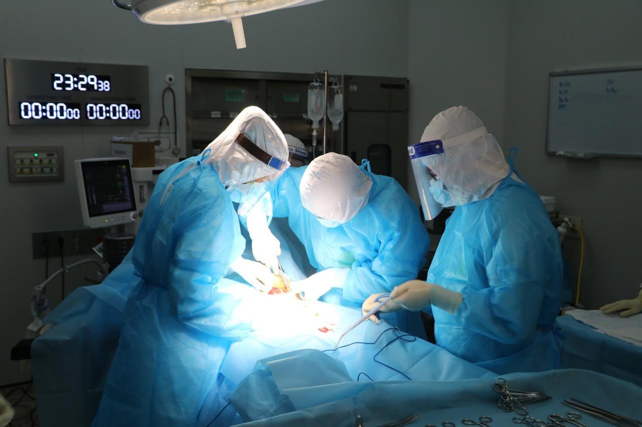 Sản phụ mắc Covid-19 được chuyển lên tuyến trên sinh con
