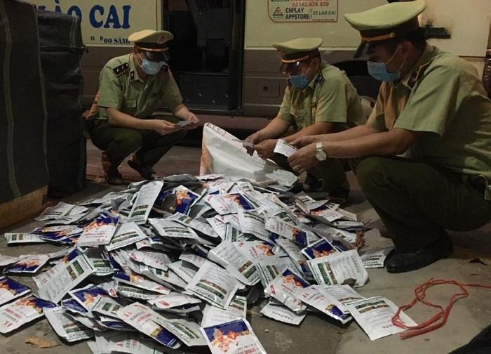 Chân gà ăn liền giấu chung với thuốc trừ cỏ Trung Quốc trên xe khách chuyển lậu vào Việt Nam