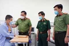 Giám đốc Công an Hà Nội thăm, trao giấy khen cho tài xế taxi dũng cảm