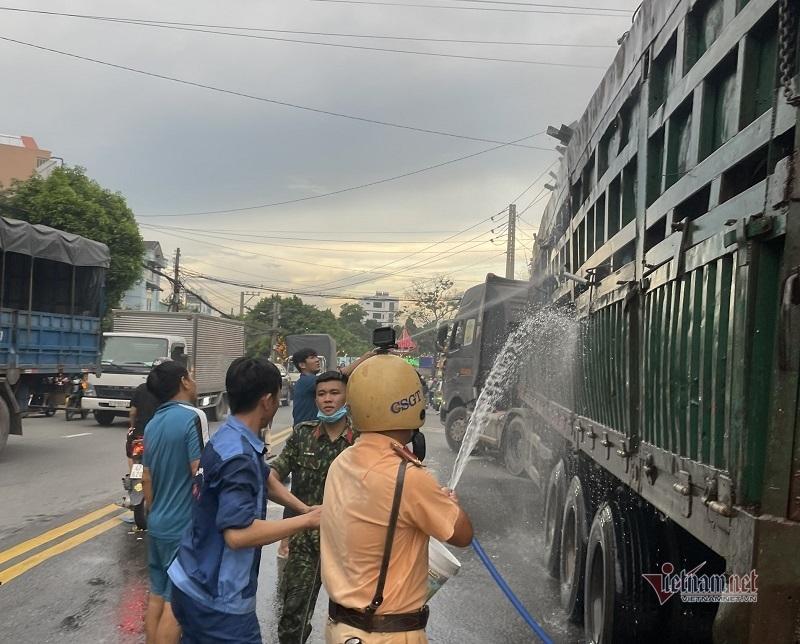 CSGT Bình Dương dập lửa, cứu tài sản cháy nghi ngút trên xe container