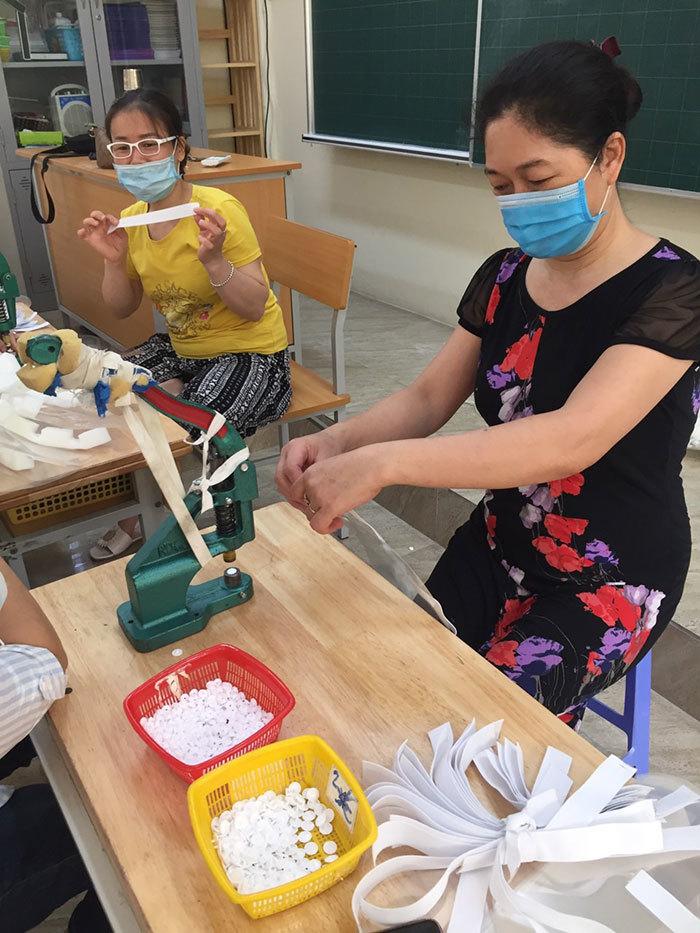Giáo viên làm hàng ngàn tấm chắn giọt bắn gửi tuyến đầu chống dịch Covid-19