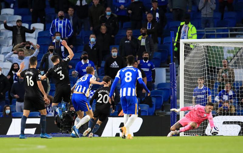 Mất người sớm, tân vô địch Man City thua ngược Brighton