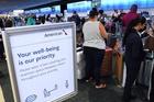 Khách béo phì hàng không kiểm tra cân nặng khi lên máy bay