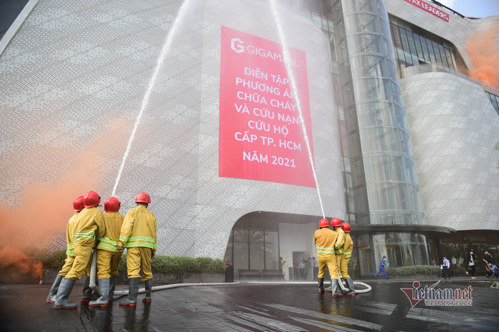 Hơn 1.000 người diễn tập chữa cháy ở trung tâm thương mại TP. Thủ Đức