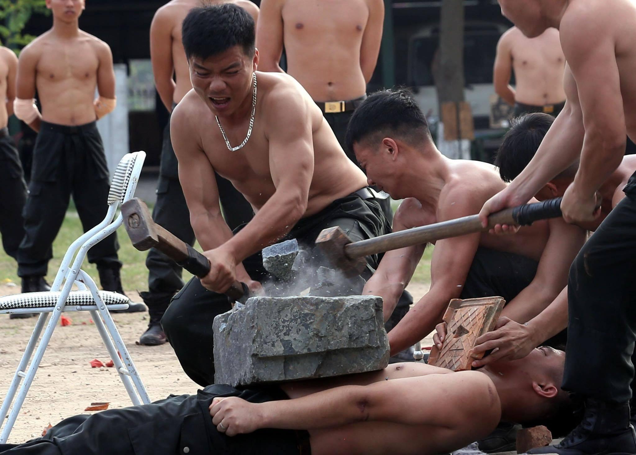 Chiến sĩ 'mình đồng da sắt' phô diễn kỹ năng bảo vệ ngày bầu cử