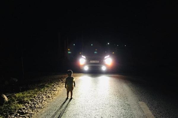 Clip tài xế 'cứu hộ' bé 2 tuổi rời nhà đi lạc trong đêm