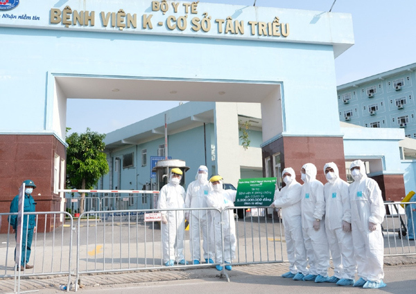 Vietcombank tặng Bệnh viện K 10.000 suất ăn và 5 tỷ đồng chống dịch
