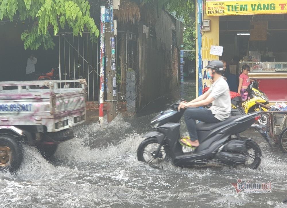 Mưa lớn suốt một giờ, đường Sài Gòn lênh láng nước đen
