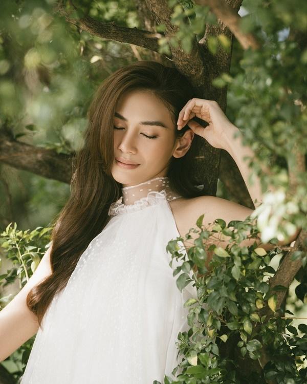 Võ Hoàng Yến khoe nhan sắc nhẹ nhàng tựa nàng thơ
