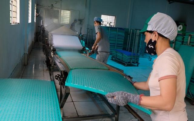 8X gác 2 bằng đại học về quê làm bánh đa nem, thu tiền tỷ mỗi năm