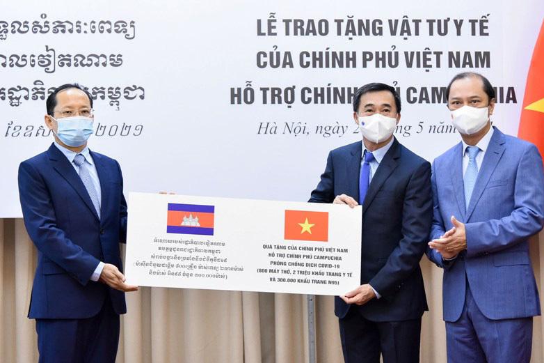 Bàn giao thiết bị y tế giúp Campuchia ứng phó Covid-19