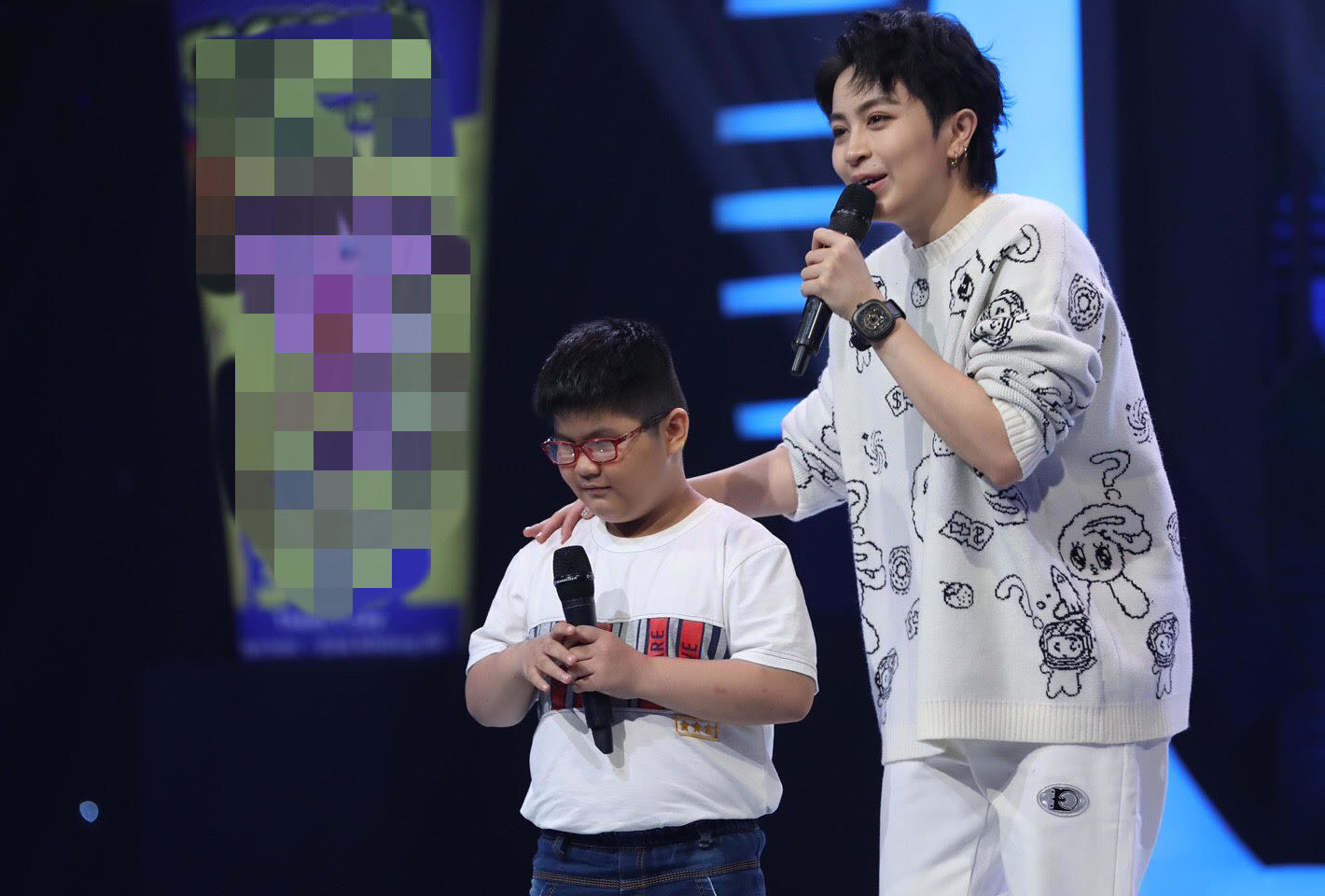 Trấn Thành cảm phục tinh thần lạc quan hai cậu bé khiếm thị mê hát