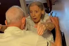 Khoảnh khắc vợ chồng gần 100 tuổi đoàn tụ sau một năm xa cách
