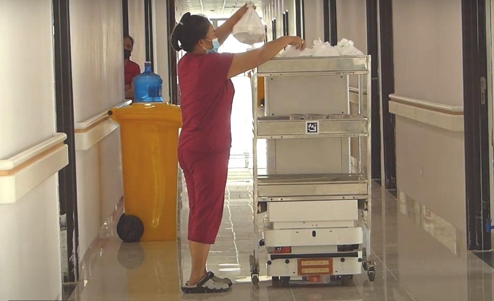 Hệ thống robot y tế vận chuyển phục vụ hiệu quả công tác phòng, chống dịch