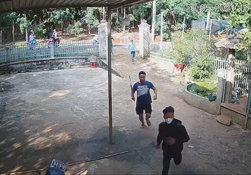 Nhóm côn đồ mang hung khí xông vào nhà dân ở Bình Phước