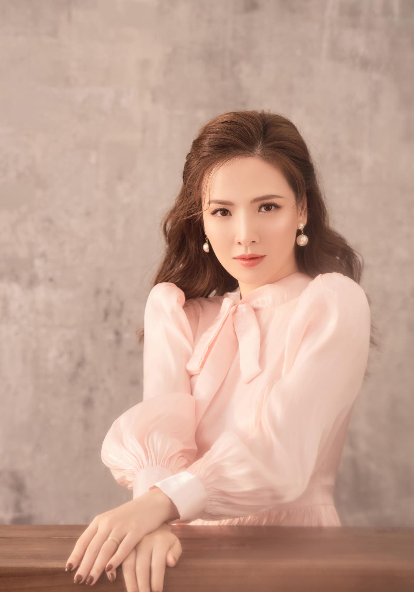 MC Đan Lê đẹp mong manh ở tuổi 38