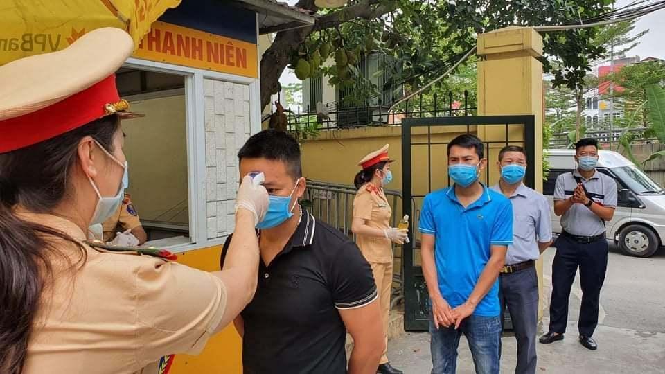 Cảnh sát giao thông Hà Nội liên tiếp xử phạt người không đeo khẩu trang