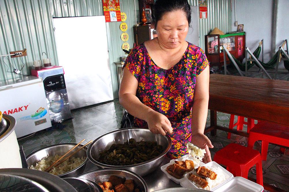 Vợ chồng ở nhà thuê mỗi ngày tặng trăm suất cơm cho người nghèo