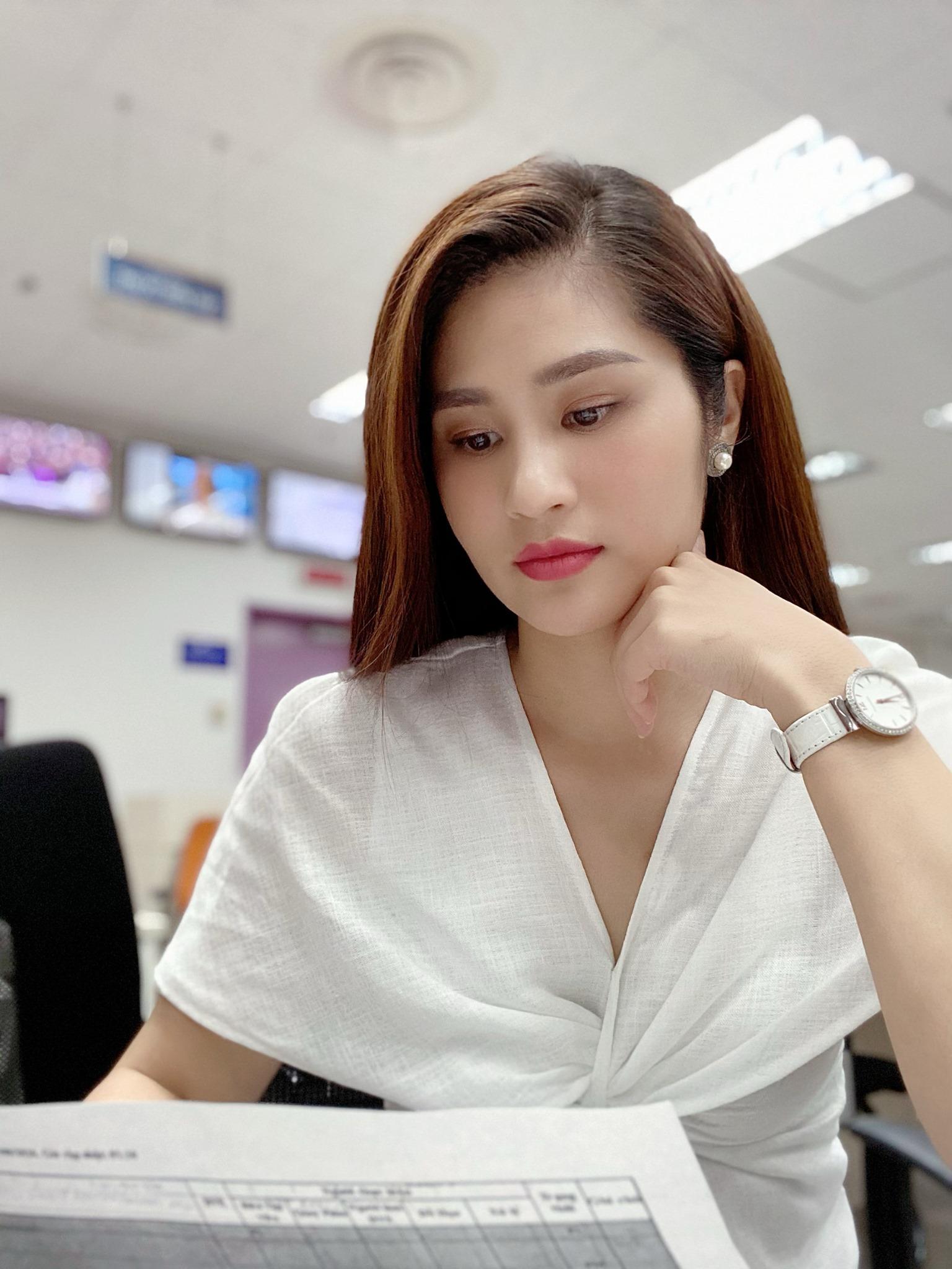Vẻ đẹp mặn mà của BTV Minh Trang thời sự 19h