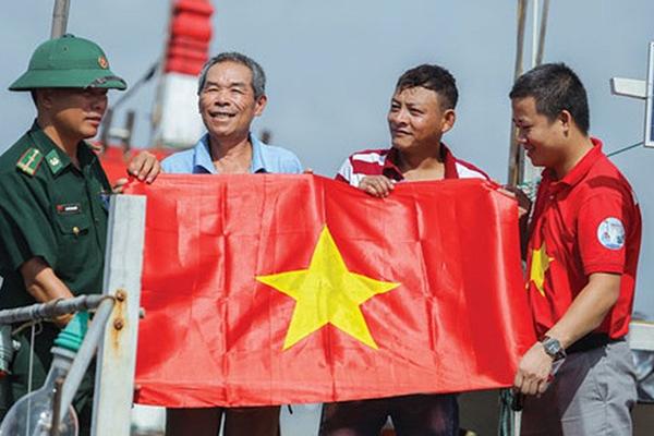 Đã trao tặng 427.521 lá cờ Tổ quốc cho ngư dân