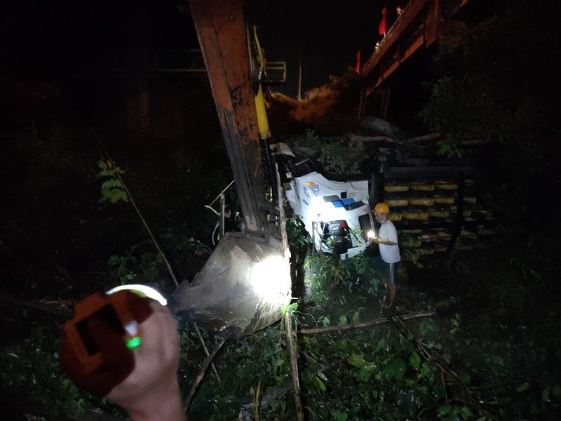 Xe tải mất lái tông sập lan can, rơi xuống cầu ở Bình Dương