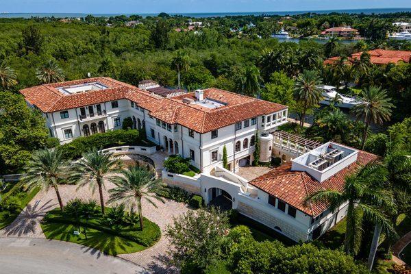 Chồng cũ Jennifer Lopez bán biệt thự 520 tỷ