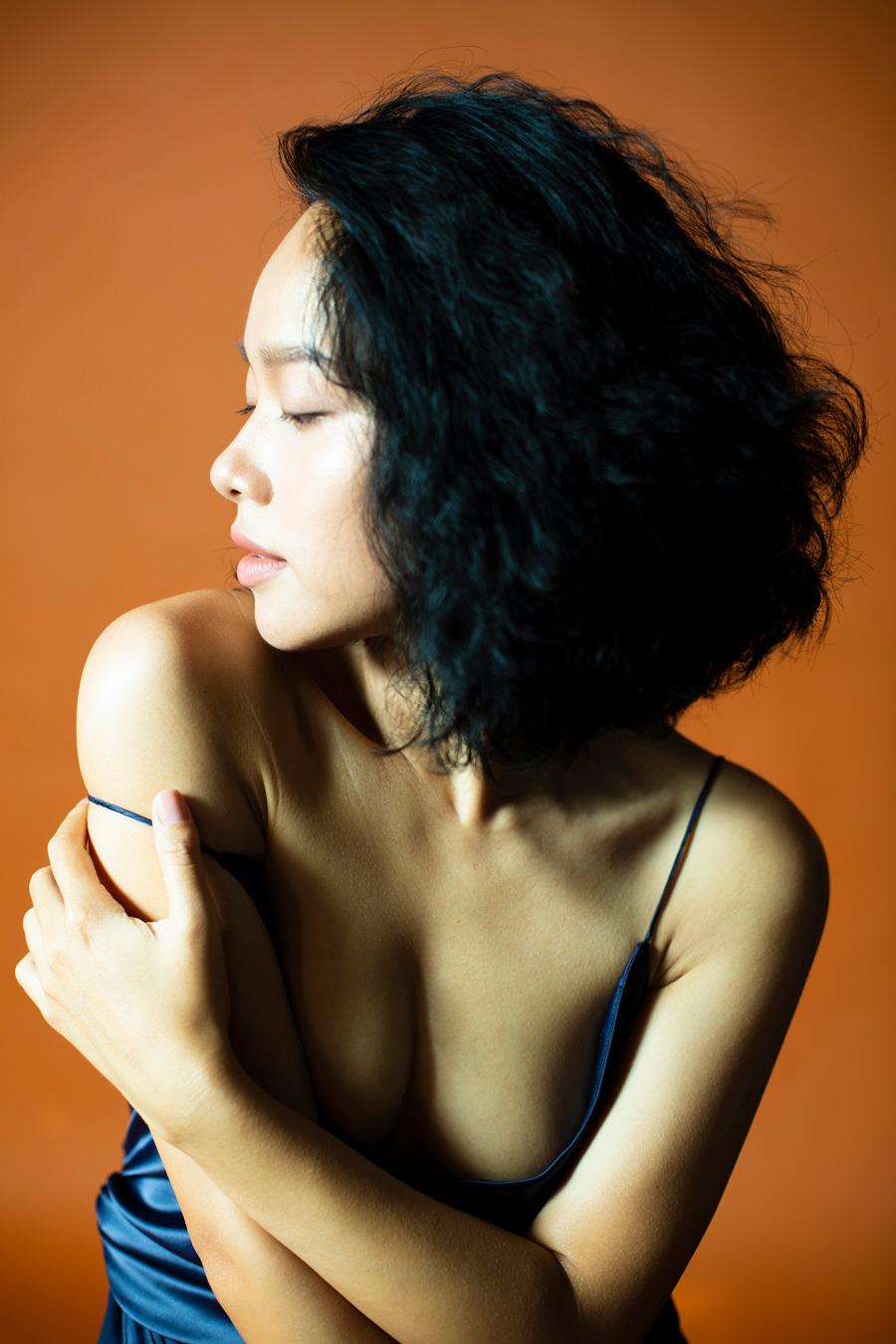 Sau ly hôn, Hoàng Quyên chụp ảnh táo bạo