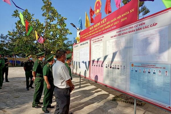 Những lá phiếu đầu tiên của cử tri trên đảo xa bờ nhất Vịnh Bắc Bộ