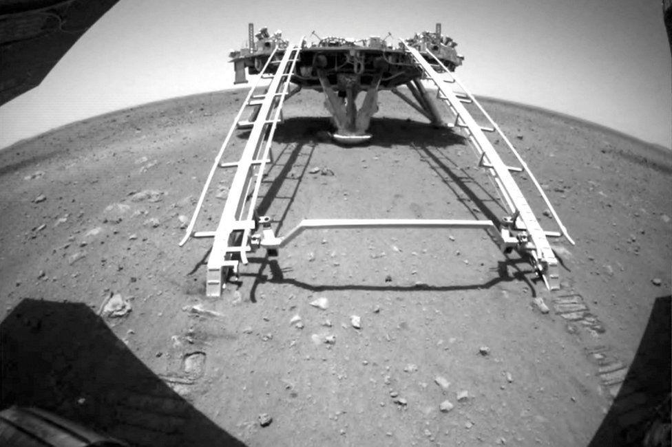 Tàu thám hiểm của Trung Quốc lần đầu lăn bánh xuống Sao Hỏa