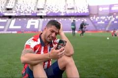 Người hùng Suarez khóc nức nở khi gọi livestream với vợ con