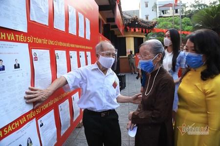 Phút giây xúc động cụ bà 96 tuổi cùng 4 thế hệ con cháu đi bầu cử ở Hà Nội