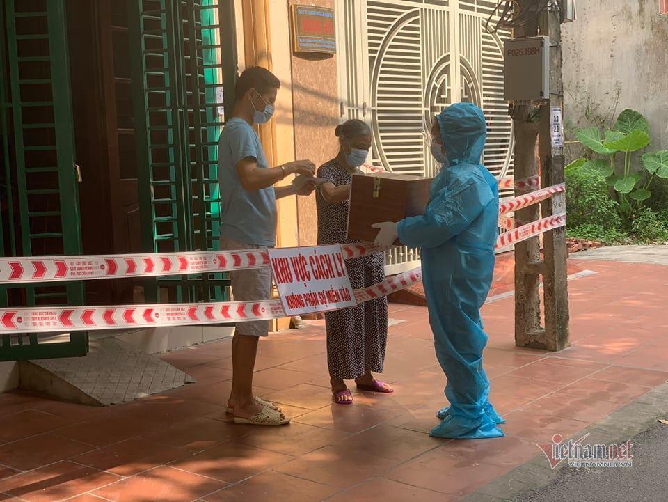 'Đội bầu cử xuyên dịch' bằng xe đạp ở tâm dịch Bắc Giang