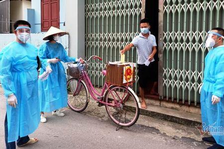 """""""Đội bầu cử xuyên dịch"""" bằng xe đạp ở tâm dịch Bắc Giang"""
