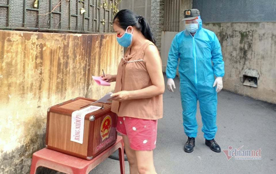 Băng rừng đưa hòm phiếu bầu cử lưu động đến với người dân cách ly
