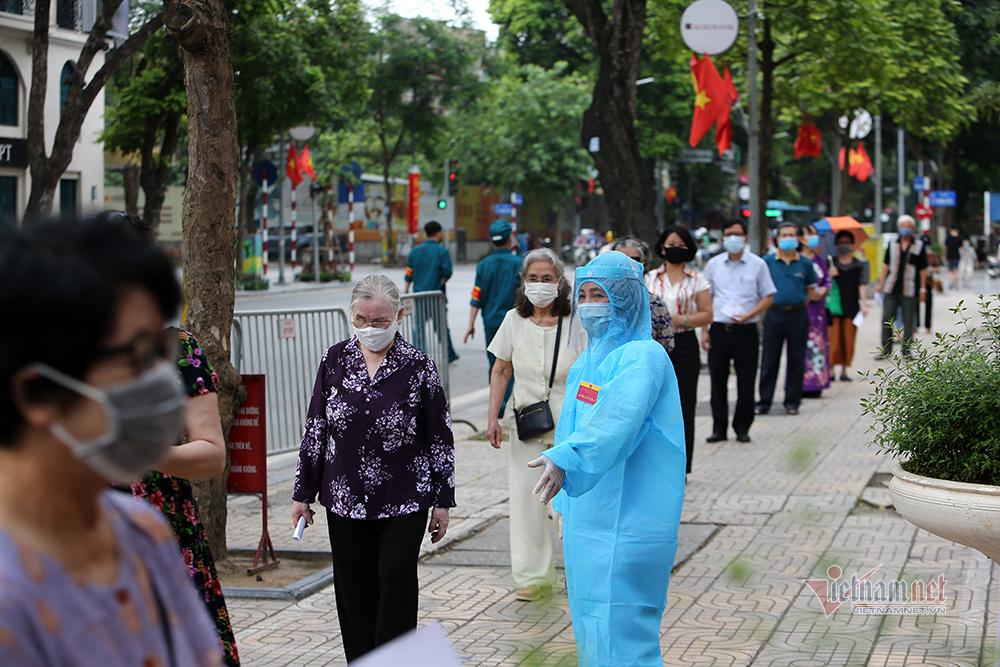 Những cử tri 'đặc biệt' đi bỏ phiếu bầu ở Hà Nội