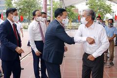 Cử chỉ thân thương của Chủ tịch Quốc hội dành cho cử tri BV Nhiệt đới Trung ương 2