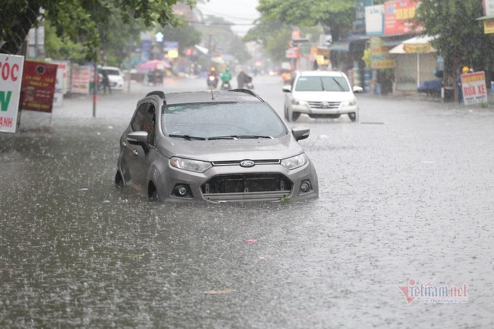 Đường TP Thủ Đức ngập lút bánh xe, ô tô nổi như trên sông