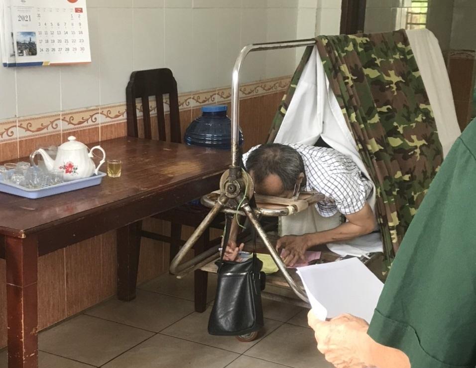 Xúc động hình ảnh người bệnh binh nằm xe lăn trực tiếp bỏ phiếu bầu cử