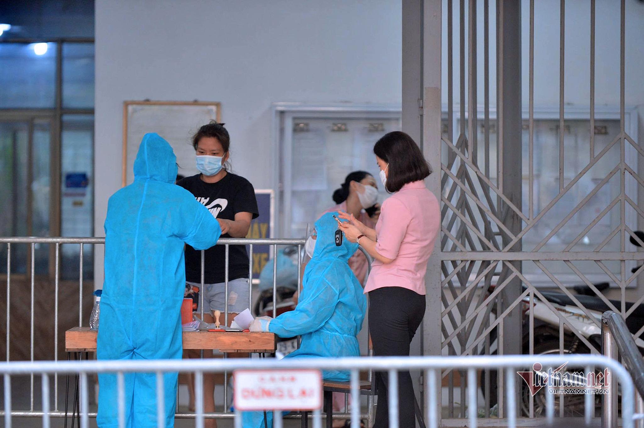 Phong tỏa tòa nhà khu đô thị Việt Hưng có ca dương tính SARS-CoV-2